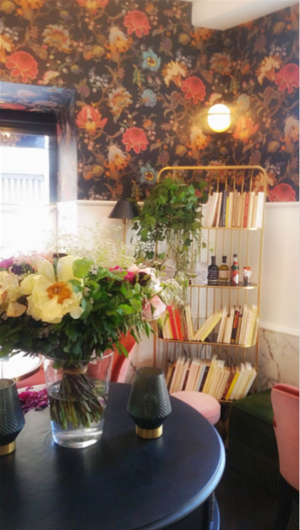 bibliothèque salon rose